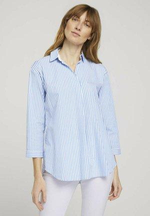 MIT KNOPFLEISTE AM RÜCKEN - Blouse - blue offwhite thin stripe