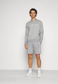 CLOSURE London - DOUBLE SCRIPT CREWNECK SHORT SET - Sweatshirt - grey - 1