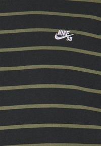 Nike SB - STRIP TEE UNISEX - Print T-shirt - black/khaki - 2