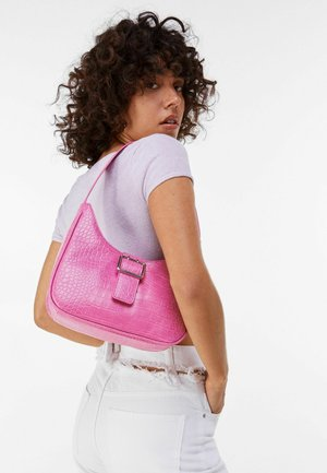 MIT KROKOPRÄGUNG UND SCHNALLE  - Handbag - pink
