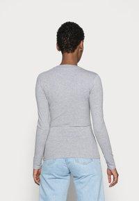 Guess - KUMIKO - Langærmede T-shirts - stone heather grey - 2