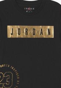Jordan - HIGHTLIGHTS UNISEX - Print T-shirt - black/gold - 2