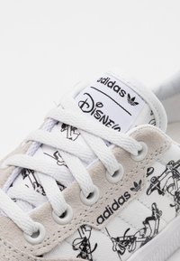 adidas Originals - 3MC DISNEY SPORT GOOFY VULCANIZED SHOES UNISEX - Sneakers laag - crystal white/footwear white/core black - 5