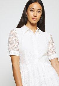 NA-KD - SHORT SLEEVE DRESS - Vestido camisero - white - 4