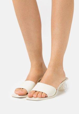 TAO OMBRE - Pantofle na podpatku - offwhite