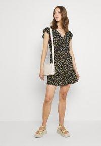 JDY - JDYGITTE SVAN CAPSLEEVE DRESS - Robe d'été - black /yellow - 1