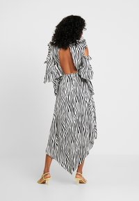 Honey Punch - NECK TIE DRESS - Maxi šaty - black/white - 3
