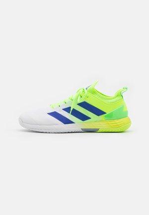 ADIZERO UBERSONIC 4 - Tennisschoenen voor alle ondergronden - signal green/sonic ink/footwear white