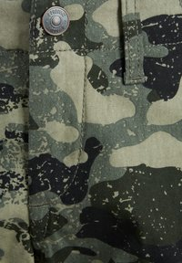 Produkt - CARGOSHORTS JUNIOR - Denim shorts - beetle - 1