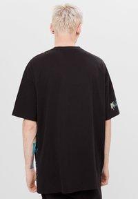 Bershka - MIT PRINT BILLIE EILISH X - T-shirts print - black - 2