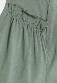 Vero Moda - VMNADS SHOULDER FRILL - Camiseta básica - laurel wreath - 2