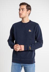 Timberland - BOOT LOGO CREW NECK - Sweatshirt - dark sapphire - 0