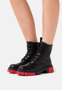 Koi Footwear - VEGAN VENDETTA - Platåstøvletter - black/fuchsia - 0