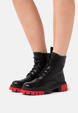VEGAN VENDETTA - Platform ankle boots - black/fuchsia