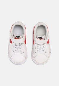 Nike Sportswear - COURT LEGACY UNISEX - Tenisky - white/red/black - 3