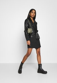 Missguided - BELTED BLAZER DRESS - Sukienka letnia - black - 1
