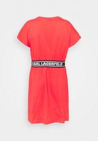 KARL LAGERFELD - LOGO TAPE DRESS - Sukienka z dżerseju - tangerine - 7