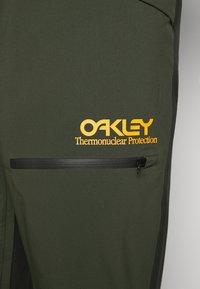 Oakley - SHELL BIB - Pantaloni da neve - black/green - 5