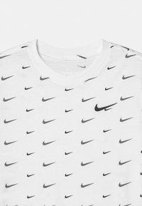 Nike Sportswear - PLUS - Triko spotiskem - white - 2
