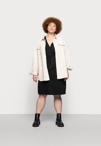Vero Moda Curve - VMFAYE SHORT DRESS - Denimové šaty - black - 1
