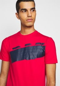 EA7 Emporio Armani - Print T-shirt - racing red - 3