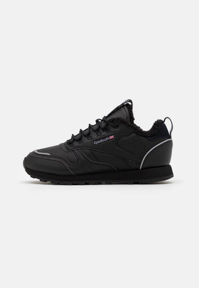 UNISEX - Zapatillas - black/hivior