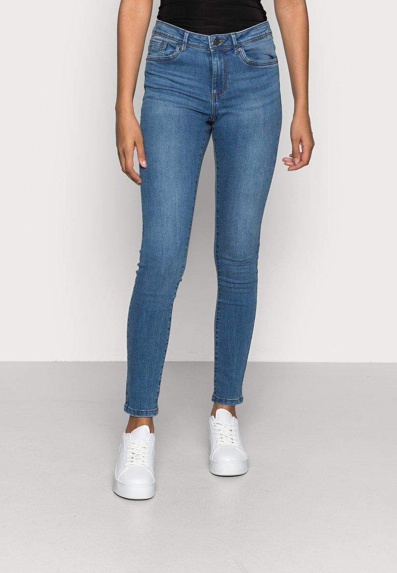 Vero Moda - VMTANYA PIPING - Jeans Skinny Fit - medium blue denim
