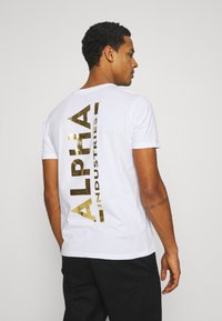 Alpha Industries - FOIL EXCLUSIVE - Print T-shirt - white/yellow gold - 0