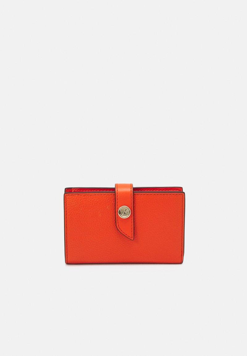MICHAEL Michael Kors - CHARM WALLET - Peněženka - clementine