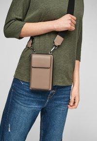 s.Oliver - MIT GELDBEUTEL - Across body bag - dark beige - 1