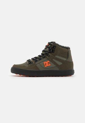 PURE UNISEX - Scarpe skate - dusty olive/orange