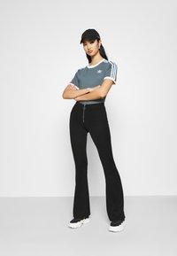 adidas Originals - STRIPES TEE - T-shirt imprimé - blue oxide - 1