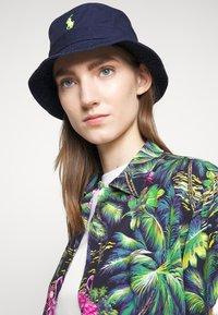Polo Ralph Lauren - BUCKET HAT - Hatt - navy/neon - 1