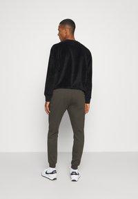 Burton Menswear London - 2 PACK - Trainingsbroek - black - 2