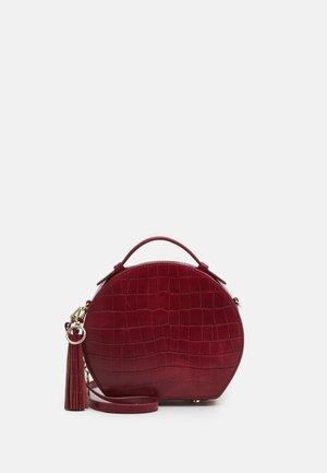Käsilaukku - rouge carmin