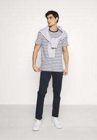 Lyle & Scott - BRETON STRIPE - T-shirt med print - navy/white - 1