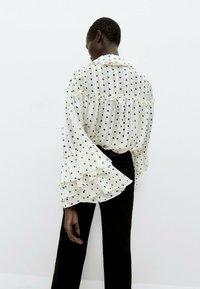 Uterqüe - MIT LAMÉFÄDEN - Button-down blouse - beige - 2