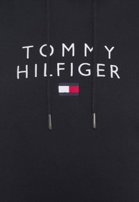 Tommy Hilfiger - STACKED FLAG HOODY - Sweater - desert sky - 6