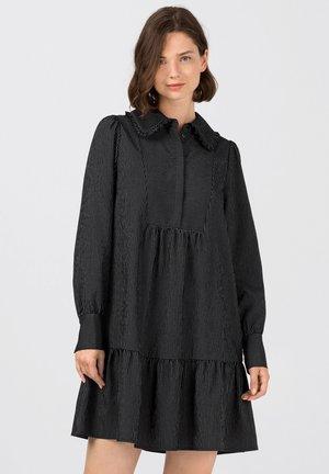 MIT NADELSTREIFEN - Shirt dress - schwarz