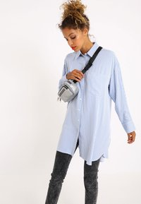 Pimkie - OVERSIZE - Button-down blouse - blau - 3