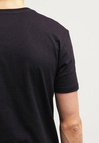 Marc O'Polo - SCOTT SHAPED FIT - Basic T-shirt - black - 5