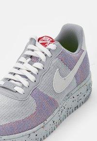 Nike Sportswear - AF1 CRATER - Zapatillas - wolf grey/white-pure platinum-gym red - 5