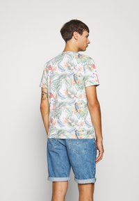 Jack & Jones - JORTROPICALBIRDS TEE CREW NECK - T-shirts print - cloud dancer - 2