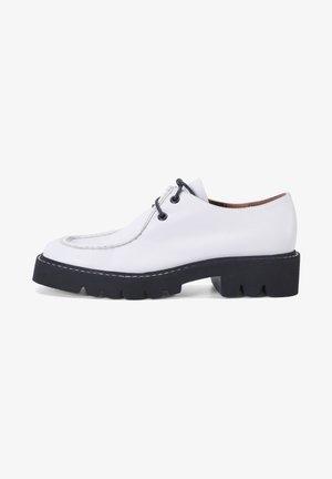 Sportieve veterschoenen - white