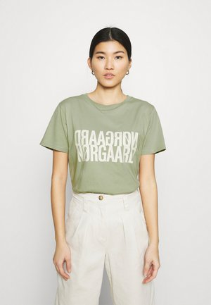 SINGLE ORGANIC TRENDA  - T-shirts med print - light army