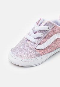 Vans - OLD SKOOL CRIB - Chaussons pour bébé - orchid ice/powder pink - 5