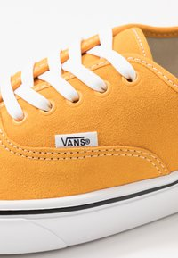 Vans - COMFYCUSH AUTHENTIC - Skateboardové boty - cadmium yellow/true white - 6