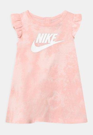 MAGIC CLUB SET - Žerzejové šaty - pink foam
