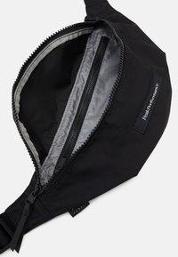Peak Performance - SLING BAG UNISEX - Vyölaukku - black - 3