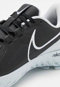 Nike Golf - REACT INFINITY PRO - Chaussures de golf - black/white/metallic platinum - 5